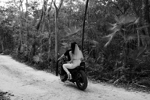 laily et adam fogel sur une moto