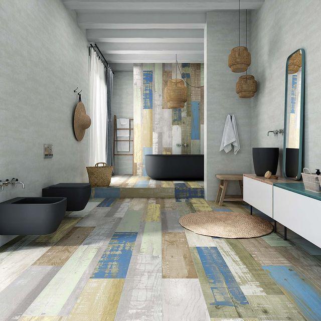 Baño moderno con suelo de madera de colores