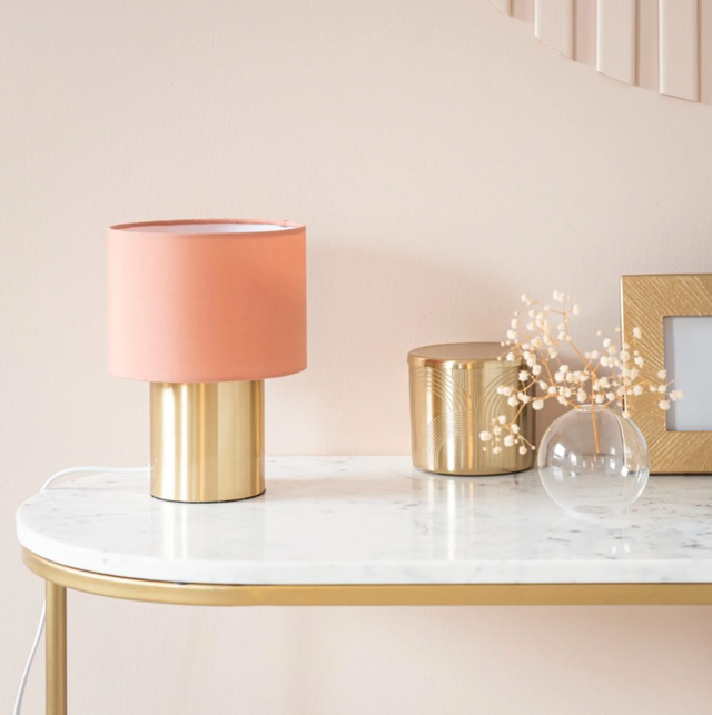 lámpara dorada recibidor