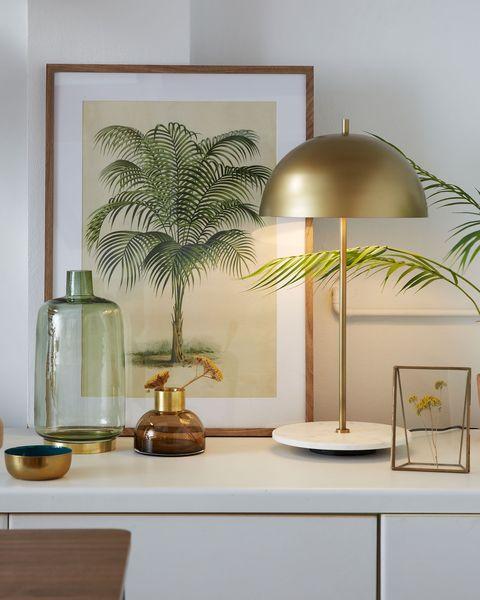 lámpara de mesita de noche con pantalla dorada