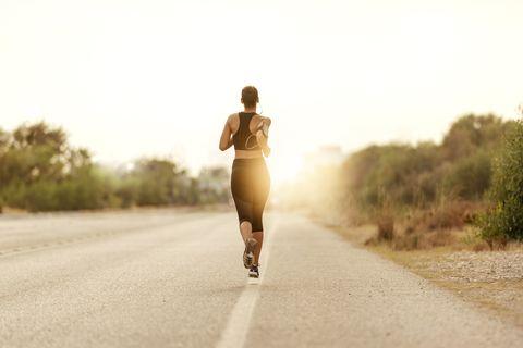 jonge vrouw aan het hardlopen