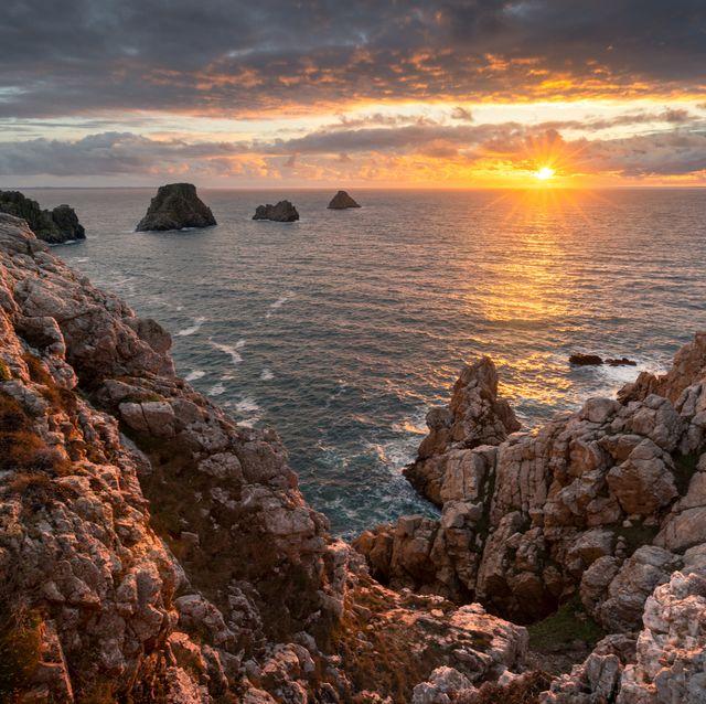 Last rays of light - Crozon et ses tas de Pois au coucher du soleil depuis la Pointe de Pen Hir