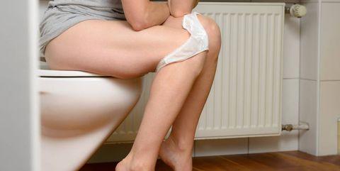 Vrouw op toilet