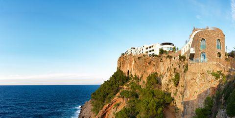 Cliff, Promontory, Coast, Klippe, Sea, Sky, Natural landscape, Coastal and oceanic landforms, Terrain, Tourism,