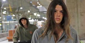 Laura Matamoros y Daniel Illescas en el aeropuerto