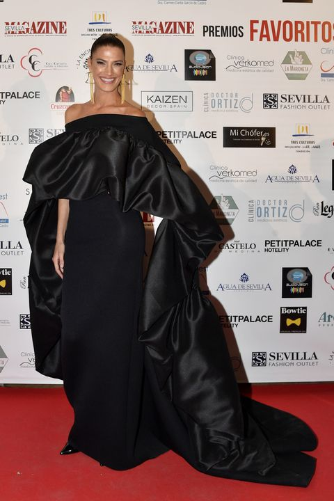 Red carpet, Carpet, Clothing, Hairstyle, Premiere, Flooring, Fashion, Shoulder, Joint, Outerwear,