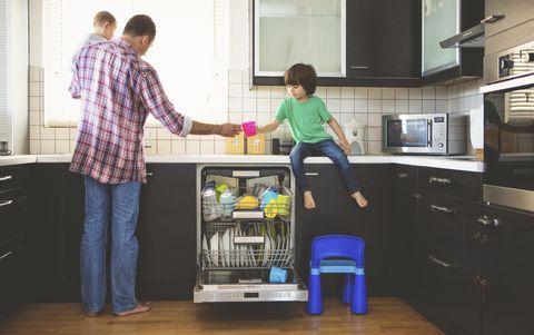 Una familia poniendo el lavavajillas