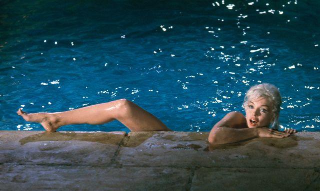 lawrence schiller, marilyn monroe, piscina, estate, fotografia, marilyn nuda, costume da bagno