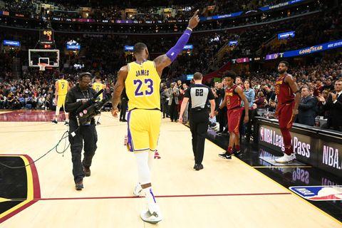 LeBron James, ovacionado en su regreso a casa