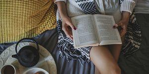 Vrouw leest boek op bed