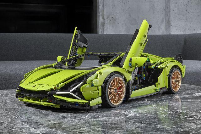 Land vehicle, Sports car, Vehicle, Car, Supercar, Automotive design, Green, Lamborghini, Performance car, Automotive wheel system,