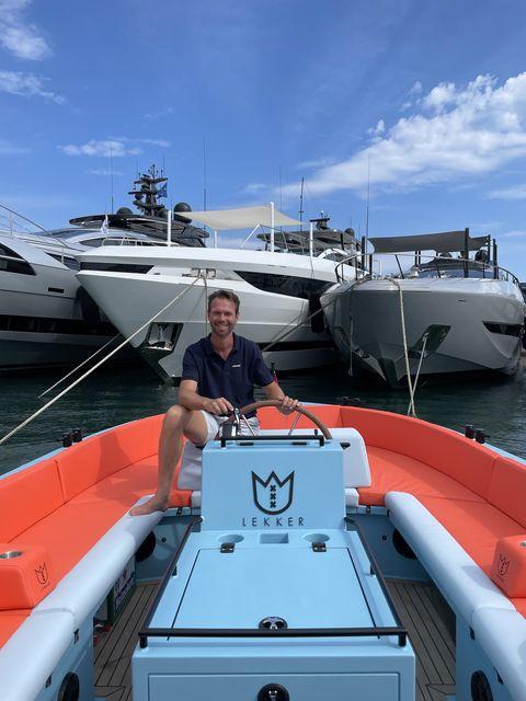 oprichter meindert wolfraad van lekker boats op een boot in cannes