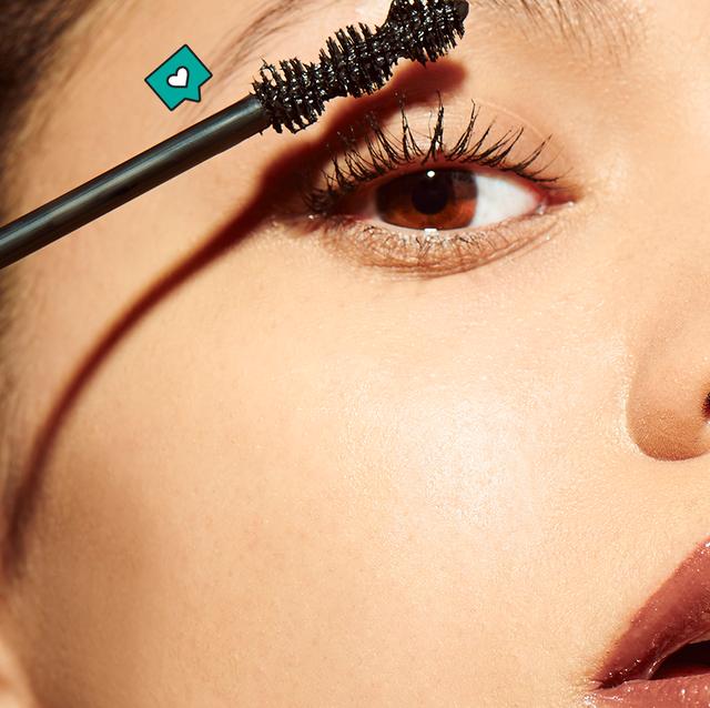woman applying thrive lengthening mascara on her eyelashes