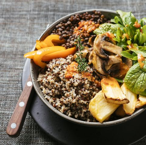 Lentil Quinoa Bowl, lentils, quinoa, bell pepper, roasted parsnips, field salad, mushrooms, spicy vegan sauce