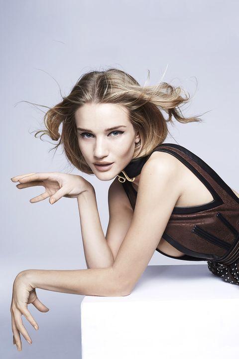 Lip, Hairstyle, Shoulder, Human leg, Joint, Sitting, Fashion model, Knee, Eyelash, Wrist,