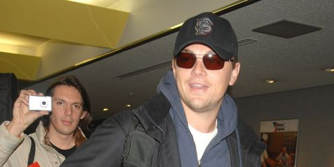 leonardo dicaprio arrives in japan to promote 'the departed'
