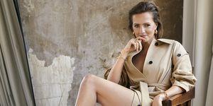 Leonie ter Braak in beige Burberry jas