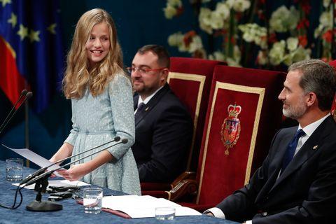Leonor durante su discurso, Familia Real, Letizia Ortiz, looks Leonor, Doña Sofía, Infanta Sofía, Felipe VI, Premios Princesa de Asturias