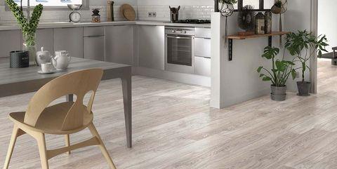 Cocina con suelo de madera laminada