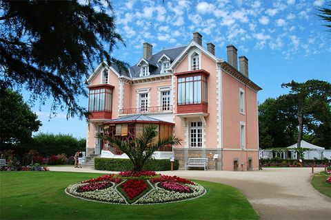 Estate, Property, House, Building, Mansion, Home, Architecture, Real estate, Manor house, Historic house,