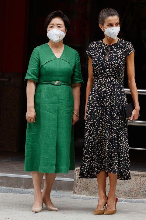"""letizia recupera su vestido de """"falsos lunares"""" en su encuentro con la primera dama de corea,  kim jung sook"""