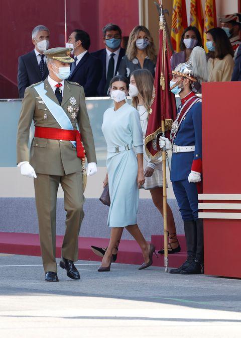letizia look fuerzas armdas, la reina letizia deslumbra con su mejor look en el día de las fuerzas armadas