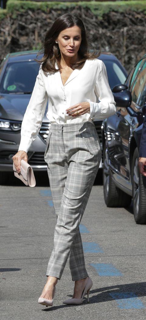 Letizia Look Working Con Pantalones De Hugo Boss Y Camisa Blanca