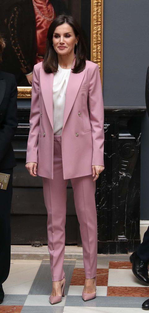Letizia exposición La otra corte con traje de chaqueta rosa