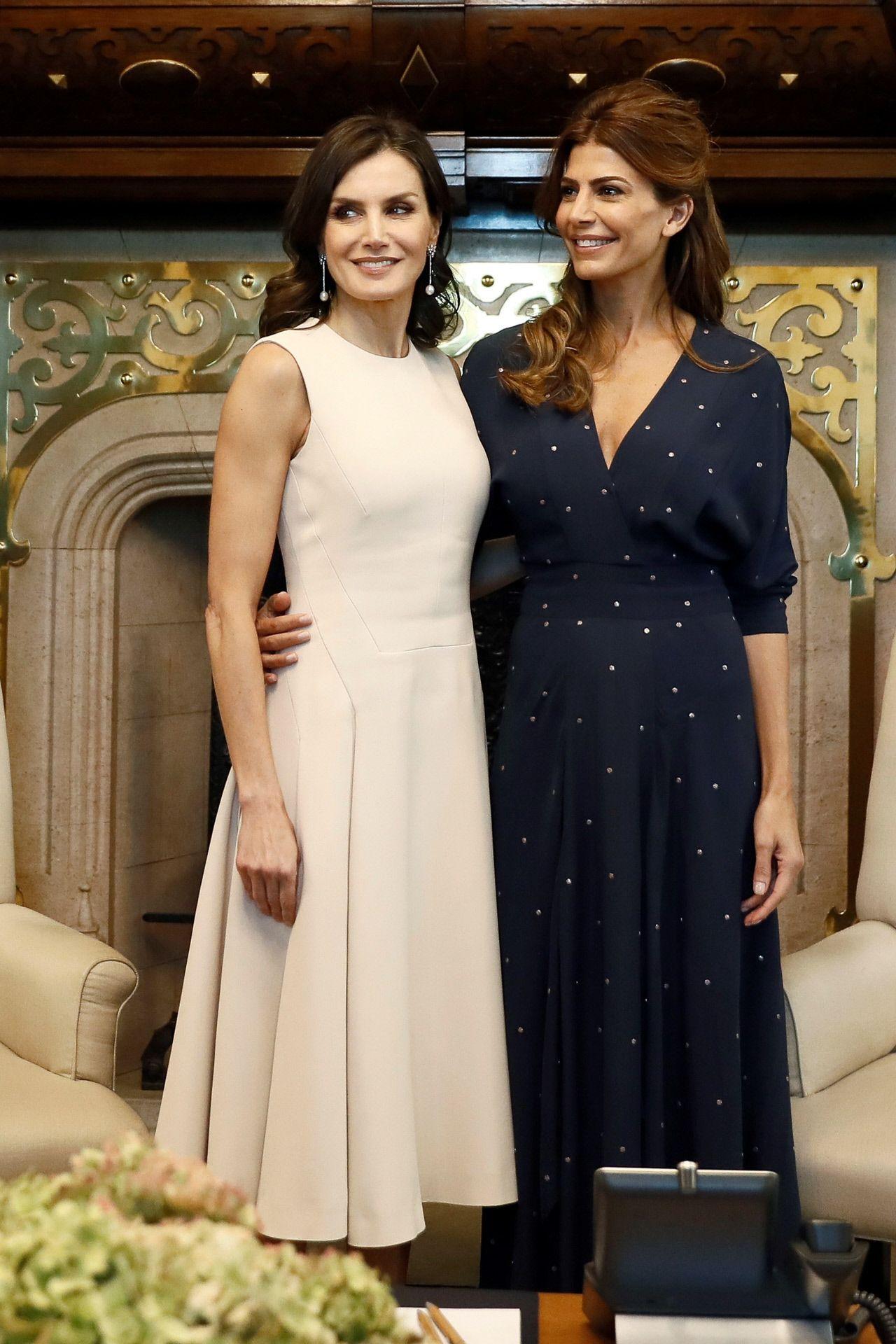 eadfe9803 Letizia y Juliana Awada y sus dos vestidos minimalistas en su viaje a  Argentina