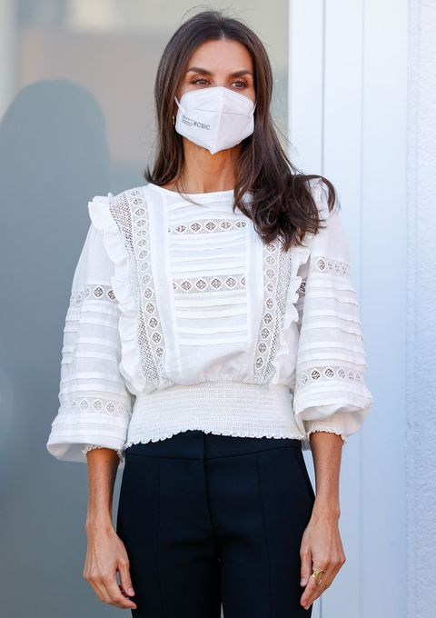 letizia con blusa blanca de corte romántico