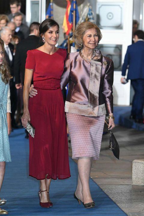 Doña Letizia y la reina Sofía se funden en un abrazo