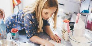 Jong meisje leest een kookboek