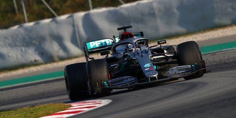 Lewis Hamilton manejando el mercedes F1 en barcelona 2020