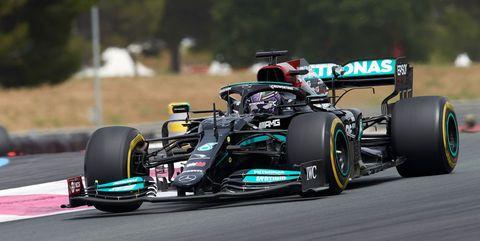 lewis hamilton al volante del mercedes w12 en el gran premio de francia de 2021