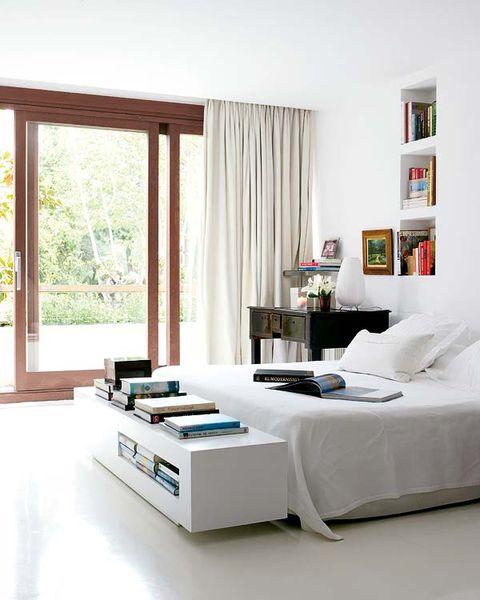 dormitorio con librería a los pies de la cama