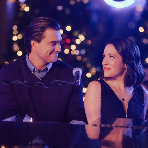 A Christmas Kiss Cast.Lifetime Christmas Movies 2019 Schedule Cast Lists And