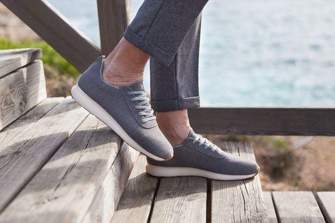 hombre caminando con zapatillas light grey de yuccs