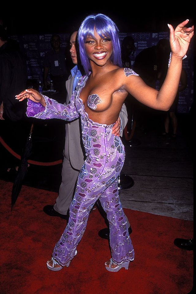 united states   august 14  lil kim arriving at the 1999 mtv video music awards in new york city  photo by vinnie zuffantegetty images