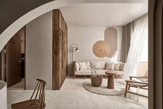 una casa con tonos naturales y formas suaves diseñada por limdim studio