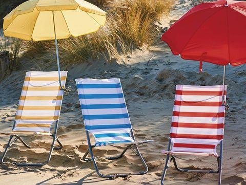 sombrillas y sillas plegables para la playa