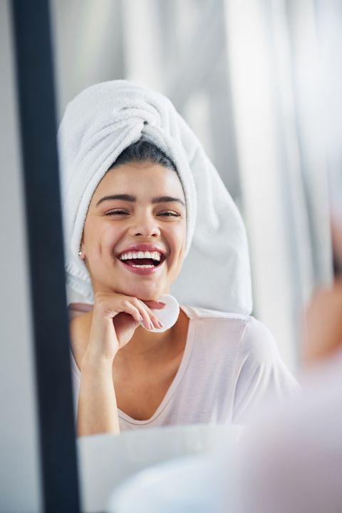 la limpieza facial es el primer paso de una rutina de belleza
