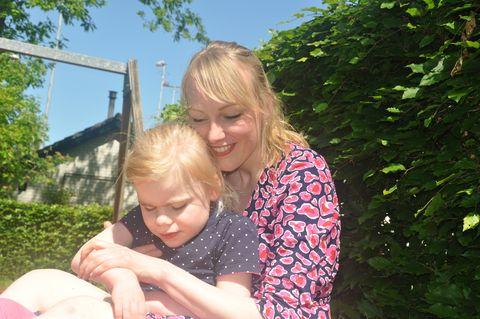 linda en haar dochter felicia in de tuin