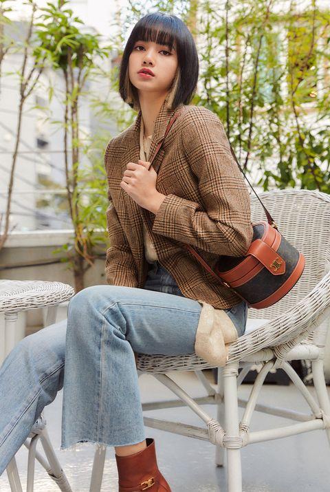 blackpink lisa 以格紋西裝外套簡單搭配牛仔褲以及 celine 圓盒包。