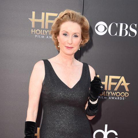 la actriz lisa banes posa en photocall con vestido negro de tirantes con purpurina