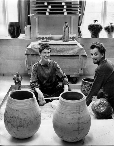 リサ〈左〉とグンナル〈右〉(グスタフスベリのリサ・ラーソンスタジオにて)。1960年代。©︎Bo Dahlin