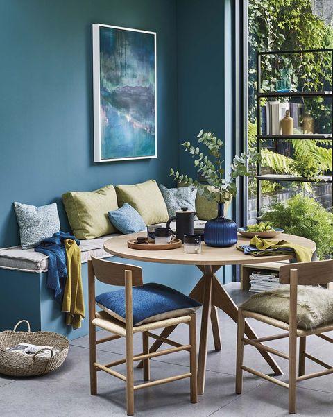 tendencias decorativas comedor con paredes azules
