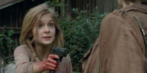 lizzie con un arma en the walking dead