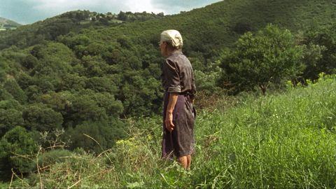 una mujer en el campo en la película Lo que arde