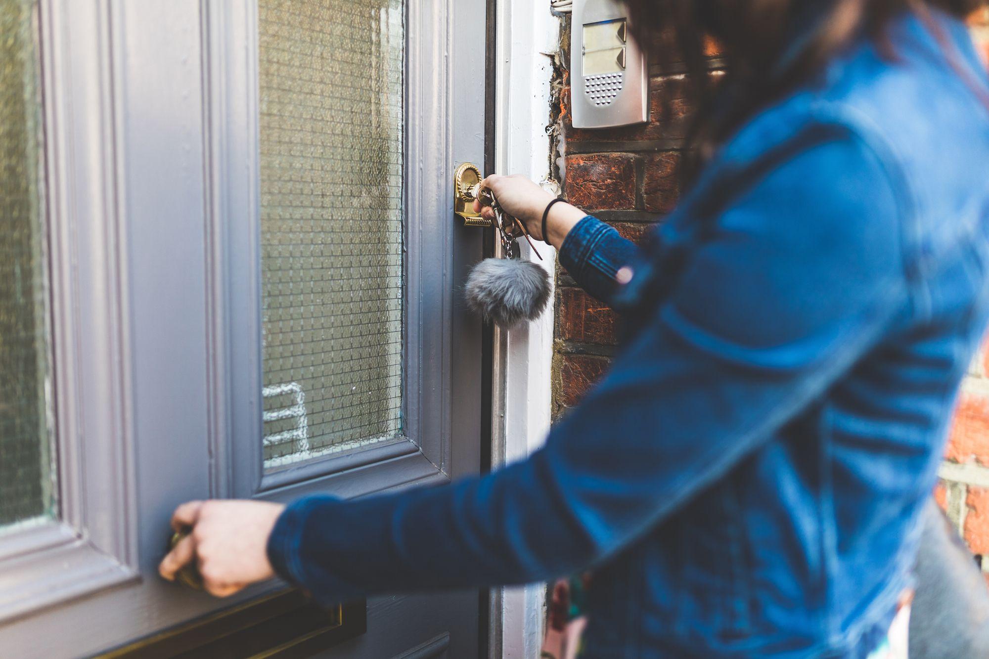 locking the door & New Survey Reveals Which American Regions Lock Their Doors - Door ...