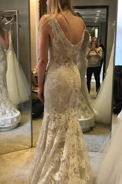 l'auteur et sa fille, qui essaie des robes de mariée